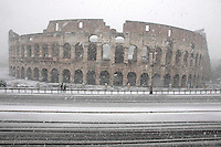 Una veduta del Colosseo, durante una nevicata a Roma, 11 febbraio 2012..A view of the Colosseum during a snowfall in Rome, 11 february 2012..UPDATE IMAGES PRESS/Riccardo De Luca