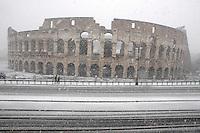 Una veduta del Colosseo, durante una nevicata a Roma, 11 febbraio 2012..A view of the Colosseum during a snowfall in Rome, 11 february 2012..UPDATE IMAGES PRESS/Riccardo De Luca