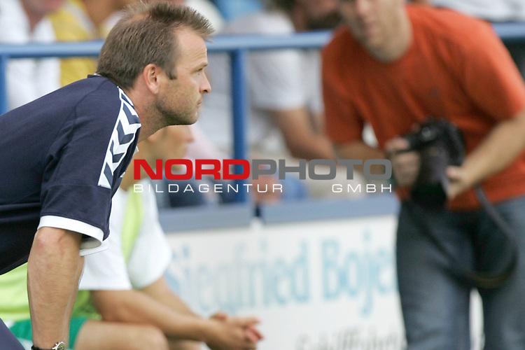 RLN 05 / 06 - 8. Spieltag<br /> <br /> Kickers Emden vs VFB Luebeck<br /> <br /> Emotionen Trainer Stefan Boeger ( BŲger ) waehrend des Abpfiffes<br /> <br /> Foto &copy; nordphoto <br /> <br /> <br /> <br />  *** Local Caption *** Foto ist honorarpflichtig! zzgl. gesetzl. MwSt.<br /> <br />  Belegexemplar erforderlich