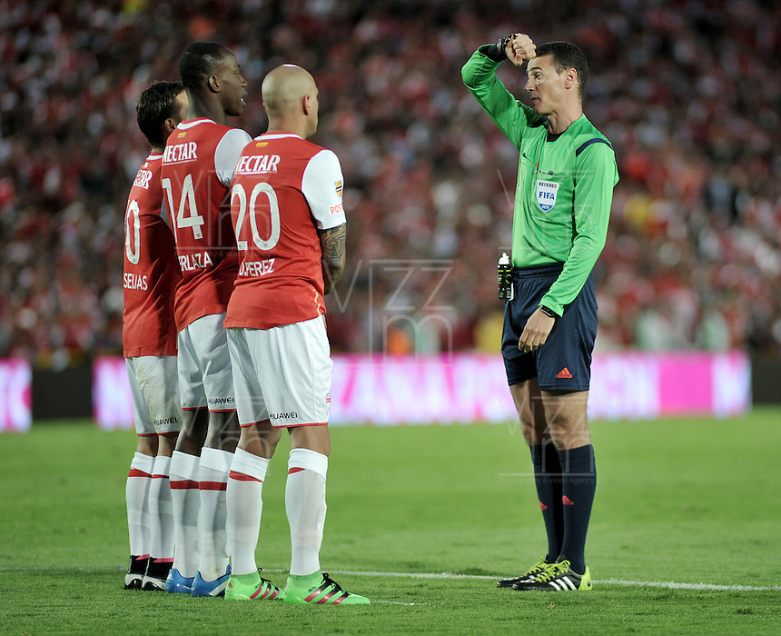 BOGOTA - COLOMBIA - 14-05-2016: Wilmar Roldan, arbitro, durante partido por la fecha 18 entre Independiente Santa Fe y Fortaleza FC, de la Liga Aguila I-2016, en el estadio Nemesio Camacho El Campin de la ciudad de Bogota.  / Wilmar Roldan, referee, during a match of the date 18 between Independiente Santa Fe and Fortaleza FC, for the Liga Aguila I -2016 at the Nemesio Camacho El Campin Stadium in Bogota city, Photo: VizzorImage / Luis Ramirez / Staff.