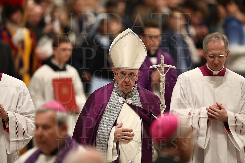 Papa Francesco lascia la Bsilica di San Pietro dopo aver celebratola Liturgia Penitenziale. Citt&agrave; del Vaticano, 29 marzo, 2019.<br /> Pope Francis leaves after celebrating the Liturgy of Penance in Saint Peter's Basilica at the Vatican, on March 29, 2019.<br /> UPDATE IMAGES PRESS/Isabella Bonotto<br /> <br /> STRICTLY ONLY FOR EDITORIAL USE