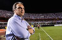 ATENÇÃO EDITOR: FOTO EMBARGADA PARA VEÍCULOS INTERNACIONAIS - SÃO PAULO, SP, 28 DE NOVEMBRO DE 2012 - COPA SULAMERICANA - SÃO PAULO x UNIVERSIDAD CATÓLICA: Tecnico a Universdad Catolica durante partida São Paulo x Universidad Católica, válida pela semifinal da Copa Sulamericana no Estádio do Morumbi em São Paulo. FOTO: LEVI BIANCO - BRAZIL PHOTO PRESS