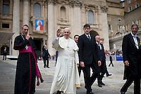 Papa Francesco al termine dell'Udienza Generale in Piazza San Pietro