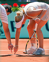24-05-10, Tennis, France, Paris, Roland Garros, First round match,   Wozniacki  in discussion with umpire