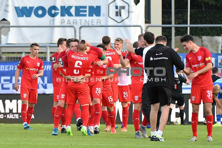 12.06.2020, Hänsch-Arena, Meppen, GER, 3.FBL, SV Meppen vs. Hallescher FC, <br /> <br /> im Bild<br /> die Mannschaft vom Halleschen FC bejubelt den 2:3-Sieg. Schlussjubel, Schlußjubel, Emotion, Freude <br /> <br /> <br /> <br /> DFL REGULATIONS PROHIBIT ANY USE OF PHOTOGRAPHS AS IMAGE SEQUENCES AND/OR QUASI-VIDEO<br /> <br /> Foto © nordphoto / Paetzel