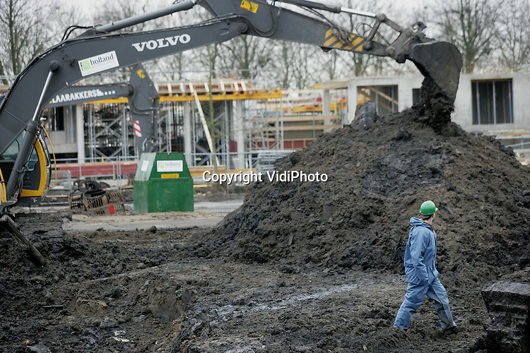 Foto: VidiPhoto..LEERDAM - In Leerdam is vrijdag de officiële sanering van het terrein van de voormalige gasfabriek in het centrum van start gegaan. De sanering wordt uitgevoerd door Holland Milieutechniek BV uit Geldermalsen en kost ruim 3 ..miljoen euro. Gemeente en provincie subsidiëren het project dat over drie maanden klaar moet zijn. Daarna start de bouw van 133 woningen door projectontwikkelaar Gebr. Blokland uit Hardinxveld-Giessendam. Het gebied..is vervuild met PAK's en cyanide. De schoonmaakactie is een voorbeeldproject in de provincie Zuid-Holland. In Zuid-Holland moeten 32 terreinen van voormalige gasfabrieken gesaneerd worden.
