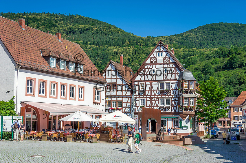 Deutschland, Rheinland-Pfalz, Suedliche Weinstrasse, Annweiler am Trifels: historischer Stadtkern - Gasthaeuser und Cafe am Rathausplatz | Germany, Rhineland-Palatinate, Southern Wine Route, Annweiler am Trifels: historic centre with Restaurants and Cafés at Townhall Square