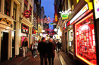 Sexshops op de Wallen in Amsterdam ( gezichten zijn geblurred mbv photoshop)