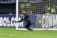 BOGOTA - COLOMBIA -08 -02-2017: Weverton, arquero de Paranaense, durante la serie de definición en el partido entre Millonarios de Colombia y Atletico Paranaense de Brasil, por la segunda fase, llave 1 de la Copa Conmebol Libertadores Bridgestone 2017 jugado en el estadio Nemesio Camacho El Campin, de la ciudad de Bogota. / Weverton, goalkeeper of Paranaense, during the definition by penalty series in a match between Millonarios of Colombia and Atletico Paranaense of Brasil, for the second phase, key1, of the Conmebol Copa Libertadores Bridgestone 2017 played at Nemesio Camacho El Campin in Bogota city. Photo: VizzorImage / Luis Ramirez / Staff.