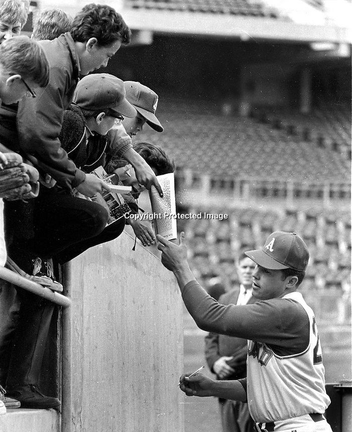 Jim &quot;Catfish&quot; Hunter signs autographs for kids before <br />1969 game. (photo/Ron Riesterer)