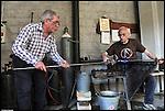 Gino Bormioli e Carmelo Geniale, maestri vetrai all'opera alla fornace del Museo del Vetro di Altare (SV) nell'ambito del Glass Fest 2014