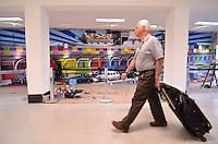 SAO PAULO, SP, 13 DE JULHO DE 2013 – PAINÉL EDUARDO KOBRA NO AEROPORTO DE CONGONHAS: Painél do artista plástico Eduardo Kobra em fase final de execução no corredor de desembarque do Aeroporto de Congonhas, na zona sul de São Paulo. O painél mostra como era a área externa do aeroporto nos anos 50 e deve estar totalmente finalizado na próxima quarta feira. FOTO: LEVI BIANCO - BRAZIL PHOTO PRESS
