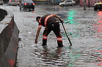 SAO PAULO, SP, 25/12/2013, ENCHENTE. Alagamento na Av do Estado, em decorrencia das fortes chuvas da tarde dessa quarta-feira (25). LUIZ GUARNIERI/BRAZIL PHOTO PRESS.