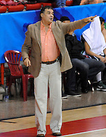 MEDELLIN - COLOMBIA - 29-04-2013: Hernan Giraldo entrenador de Academia de la Montaña de Medellin da instrucciones a los jugadores durante partido en el Coliseo de la Universidad de Medellin, abril 29 de 2013. Academia de la Montaña y Aguilas de Tunja en partido de la séptima fecha de la fase II de la Liga Directv Profesional de baloncesto (Foto: VizzorImage / Luis Rios / Str). Hernan Giraldo coach of Academia de la Montaña from Medellin gives instructions to the players during a match in the Universidad de Medellin Coliseum in Medellin, April 29, 2013. Academia de la Montaña and Aguilas from Tunja in the seventh match of the phase II of the Directv Professional League basketball, game at the Coliseum Universidad de Medellin. (Photo: VizzorImage / Luis Rios / Str)..