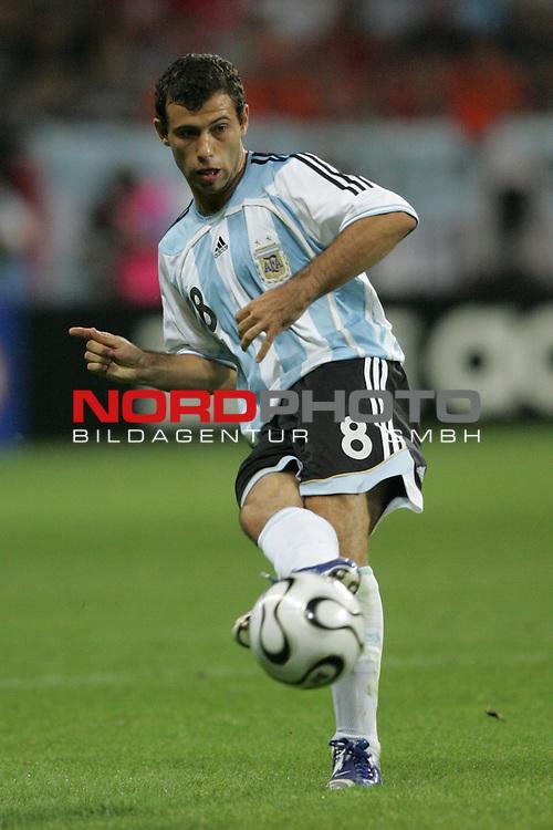 FIFA WM 2006 -  Gruppe C Vorrunde ( Group C )<br /> Play     #37 (21-Jun) - Niederland ( Holland ) - Argentinien 0:0<br /> <br /> Javier Mascherano von Argentinien in Einzel Aktion.<br /> Javier Mascherano beim Passpiel.<br /> <br /> Foto &copy; nordphoto