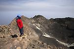 Ascension du volcan. Ile de Fogo. Vue sur le cratere et les resurgences de soufre depuis le sommet du Pico de Fogo (2829 m) . Les habitants de la caldeira font pousser dans les terres fertiles au pied du volcan des vignes et des melons. Vue du volcan depuis la caldeira