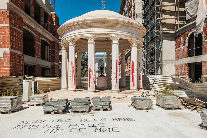 (mitte:) Gazebo steht auf dem Mazedonien Platz. Aus Mangel an Sinn und Zweck dieser dekorativen Anlage auf dem Platz wurde es oft als Beispiel f&uuml;r die schlechte Planung von &bdquo;Skopje 2014&ldquo; genommen. Obwohl es urspr&uuml;nglich als Ort f&uuml;r Erholung und Entspannung gebaut wurde, ist es nun in erster Linie ein Ort, an dem junge Neuverm&auml;hlte ihre Fotos nach dem Standesamt machen sollen.<br /><br />(in the middle) Gazebo placed on Macedonia Square. The lack of meaning and purpose of this decorative facility on the square were often pointed out as an example of the poor planning of &ldquo;Skopje 2014&rdquo;. Although it was initially announced as a venue for leisure and relaxation, it is now seen mainly as a place where young newly-weds have their photos taken immediately after marrying in the Registry Office.<br /><br />Mega-Bauprojekt &quot;Skopje 2014&quot;