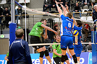 GRONINGEN - Volleybal, Abiant Lycurgus - SSS, Alfa College , Eredivisie , seizoen 2017-2018, 02-12-2017 SSS speler Dwin Brouwer slaat de bal door het Lycurgus blok