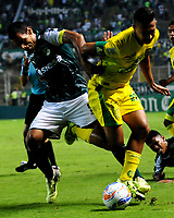 PALMIRA - COLOMBIA - 23 - 03 - 2018: Jose Sand (Izq.) jugador de Deportivo Cali disputa el balón con Jeison Medina (Der.) jugador de Leones F. C., durante partido entre Deportivo Cali y Leones F. C., de la fecha 10 por la liga Aguila I 2018, jugado en el estadio Deportivo Cali (Palmaseca) en la ciudad de Palmira. / Jose Sand (L) player of Deportivo Cali vies for the ball with Jeison Medina (R) player of Leones F. C., during a match between Deportivo Cali and Leones F. C., of the 10th date for the Liga Aguila I 2018, at the Deportivo Cali (Palmaseca) stadium in Palmira city. Photo: VizzorImage  / Nelson Rios / Cont.
