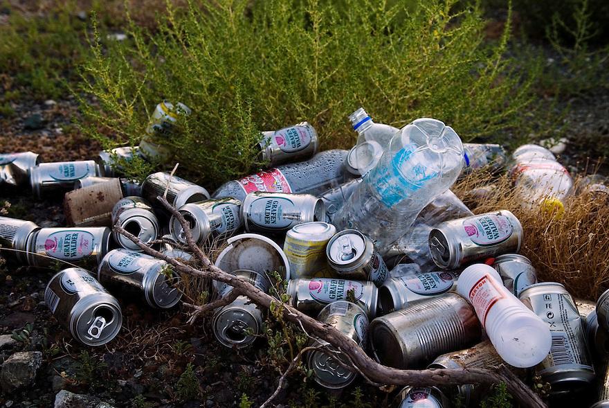 Griekenland,  omgeving Lamia,   10 juli 2007.rommel langs de kant van de weg. Veel afval in griekenland. zwerfvuil.zooi, bierblikjes, flessen.Foto (c) Michiel Wijnbergh