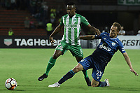 MEDELLÍN - COLOMBIA, 28-08-2018: Yerson Candelo (Izq) jugador de Atletico Nacional de Colombia disputa el balón con Nery Leyes (Der) jugador de Atletico Tucuman de Argentina durante partido por los octavos de final, llave E, de la CONMEBOL Libertadores 2018 jugado en el estadio Atanasio Girardot de la ciudad de Medellín. / Yerson Candelo (L) player of Atletico Nacional of Colombia fights for the ball with Nery Leyes (R) player of Atletico Tucuman of Argentina during match for the round of sixteen of the CONMEBOL Libertadores 2018 played at Atanasio Girardot stadium in Medellin city. Photo: VizzorImage/ Alejandro Rosales