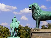 Bronzefiguren Wilhelm der Große und Braunschweiger Löwe vor Kaiserpfalz in Goslar, Niedersachsen, Deutschland, Europa, UNESCO-Weltkulturerbe<br /> Bronze statues at Kaiserpfalz 11.c. , Goslar, Lower Saxony,, Germany, Europe, UNESCO Heritage Site