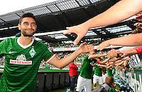 FUSSBALL   1. BUNDESLIGA   SAISON 2013/2014   2. SPIELTAG SV Werder Bremen - FC Augsburg       11.08.2013 Mehmet Ekici (SV Werder Bremen) bedankt sich nach dem Abpfiff bei den Fans