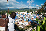 Un réfugié ayant perdu toute sa famille à Port-au-Prince arrive le 20/01/2010 au camp de réfugiés de Jacmel, à 80km, où s'entassent plusieurs milliers de personnes. La plupart ont perdu leur maison dans le centre ville de Jacmel lors du séisme du 12/01/2010.