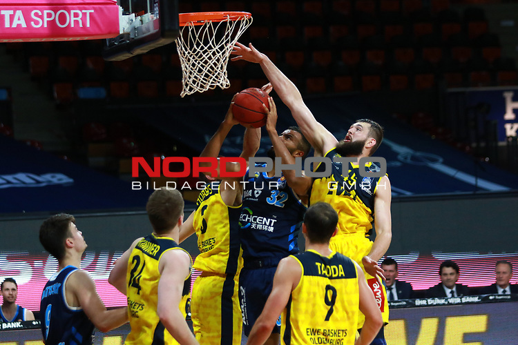 45 Nathan Boothe  EWE Baskets Oldenburg  , 32 Johannes Thiemann  Alba Berlin <br /> <br /> <br /> Basketball Finalturnier 2020, nph0001: Halbfinale Spiel 1  <br /> 22.06.2020<br /> <br /> FOTO: Mladen Lackovic / LakoPress /Pool / nordphoto<br /> <br /> Nur für journalistische Zwecke! Only for editorial use! <br /> No commercial usage!