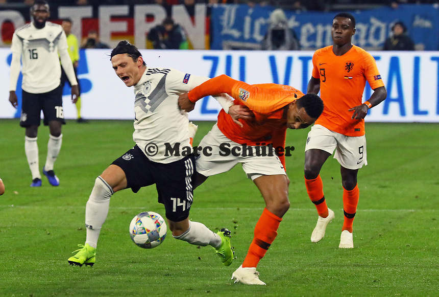 Kenny Tete (Niederlande) foult Nico Schulz (Deutschland Germany) - 19.11.2018: Deutschland vs. Niederlande, 6. Spieltag UEFA Nations League Gruppe A, DISCLAIMER: DFB regulations prohibit any use of photographs as image sequences and/or quasi-video.