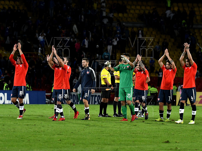 BOGOTÁ - COLOMBIA, 17-05-2018: Los jugadores de Club Atlético Independiente (ARG), celebran el empate con Millonarios (COL), al final de partido entre Millonarios (COL) y Club Atlético Independiente (ARG), de la fase de grupos, grupo G, fecha 5 de la Copa Conmebol Libertadores 2018, en el estadio Nemesio Camacho El Campin, de la ciudad de Bogota. / The players of Club Atlético Independiente (ARG), celebrate the tie with Millonarios (COL), at the end of a match between Millonarios (COL) and Club Atletico Independiente (ARG), of the group stage, group G, 5th date for the Conmebol Copa Libertadores 2018 in the Nemesio Camacho El Campin stadium in Bogota city. VizzorImage / Luis Ramirez / Staff.