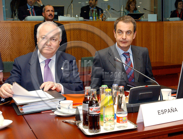 Brussels-Belgium - December 17, 2004---European Heads of State and Government and Foreign Ministers meet for the summit / European Council, at the 'Justus Lipsius', seat of the Council of the European Union in Brussels; here, José Luis Rodríguez ZAPATERO (ri), Prime Minister of Spain, with Miguel Angel MORATINOS (le), Minister for Foreign Affairs of Spain---Photo: Horst Wagner/eup-images