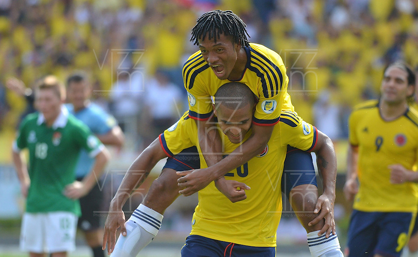 BOGOTA - COLOMBIA -17-03-2013: Juan Guillermo Cuadrado y Magnely Torres  de Colombia corren a celebrar gol durante  partido Colombia - Bolivia en el Estadio Metropolitano Roberto Meléndez en la ciudad de Barranquilla, marzo 22 de 2013. Partido de la 11 ª fecha de las Clasificatorias Sudamericanas para la Copa Mundial de la FIFA Brasil 2014. (Foto: VizzorImage / Alfonso Cervantes / Staff). Juan Guillermo Cuadrado  and Magnely Torres of Colombia run to celebrate a gaol scored during of the match Colombia - Bolivia at the Metropolitan Stadium Roberto Melendez in Barranquilla city, on March 16, 2013. Game of the 11th round of the South American Qualifiers for the FIFA World Cup Brazil 2014. (Photo: VizzorImage / Alfonso Cervantes / Staff.)