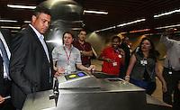 ATENCAO EDITOR FOTO AMBRAGADA PARA VEICULO INTERNACIONAL - SAO PAULO, SP, 28 NOVEMBRO 2012 - VISITA FIFA AO ITAQUERAO - Membro do Comitê Organizador Local Ronaldo, durante embarque da comitiva da Fifa de metrô da estação da Luz em São Paulo (SP), na manhã desta quarta-feira (28), com chegada à estação Corinthians/Itaquera. A comitiva da Fifa vistoria as obras da Arena Corinthians, em Itaquera, zona leste. FOTO: VANESSA CARVALHO - BRAZIL PHOTO PRESS.