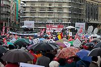 MADRID, ESPANHA, 01 DE MAIO 2012 - ATO DE PRIMEIRO DE MAIO EM MADRID - Trabalhadores durante ato que lembra o seu dia organizado pela Cofederacao Sindical Internacional e Confederacao Europeia dos Sindicatos, realizam ato afim de uma mobilização social contra a crise financeira que se instalou na europa a cinco anos, diminuindo o nível de emprego, aumentando a pobreza e tambem a desigualdade social. Realizado da Praca Cibeles ate a Praca Porta do Sol em frente região central de Madrid capital da Espanha, nesta terça-feira, 01 de maio. (FOTO: WILLIAM VOLCOV / BRAZIL PHOTO PRESS).