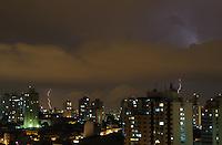 SÃO PAULO, SP, 16/02/2013, TEMPESTADE DE RAIOS. Raios são vistos a partir do bairro da Mooca na regiao leste. São Paulo ficou sobre um tempestade de raios na noite desse Sabado (16), foram mais de uma hora com inumeros relampagos. Luiz Guarnieri/ Brazil Photo Press