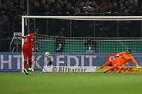Michael Hector (Eintracht Frankfurt) trifft im Elfmeterschießen gegen Torwart Yann Sommer (Borussia Mönchengladbach) zum 2:2 - 25.04.2017: Borussia Moenchengladbach vs. Eintracht Frankfurt, DFB-Pokal Halbfinale, Borussia Park