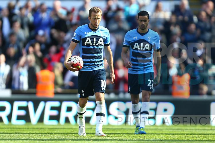 Tottenham's Harry Kane dejected during the Barclays Premier League match at St James' Park. Photo credit should read: Philip Oldham/Sportimage