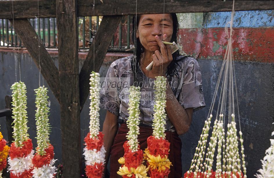 Asie/Birmanie/Myanmar/Yangon: Anawrahta Street - Birmane au cheerot vendant des offrandes à Sri Kali Temple