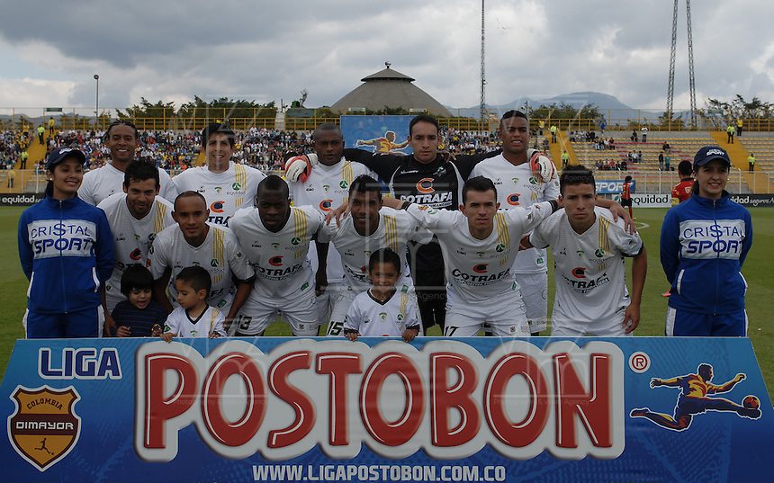 BOGOTÁ -COLOMBIA, 13-04-2014. Jugadores del La Equidad posan para una foto de grupo previo al partido entre La Equidad e Independiente Medellín por la fecha 17 Liga Postobón I 2014 realizado en el estadio Metropolitano de Techo en Bogotá./ Players of La Equidad pose to a photyo group prior a match between La Equidad and Independiente Medellin during 17th date of Postobon  League I 2014 at Metropolitano de Techo stadium in Bogota. Photo: VizzorImage/ Gabriel Aponte / Staff