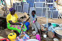 BURKINA FASO, Provinz Poni, Gaoua, weekly market with food crops and solar panels /Gaoua, Markt, Verkauf Erdnuesse, Bohnen, Reis, Stand mit Solar Modulen