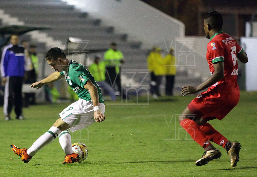 TUNJA -COLOMBIA, 12-03-2016. Raul Loaiza (Der) jugador de Patriotas FC disputa el balón con Rafael Santos Borre (Izq) jugador de Deportivo Cali durante partido por la fecha 9 de la Liga Águila I 2016 realizado en el estadio La Independencia en Tunja./ Raul Loaiza (R) player of Patriotas FC fights for the ball with Rafael Santos Borre (L) player of Deportivo Cali during match for the date 9 of Aguila League I 2016 at La Independencia stadium in Tunja. Photo: VizzorImage/