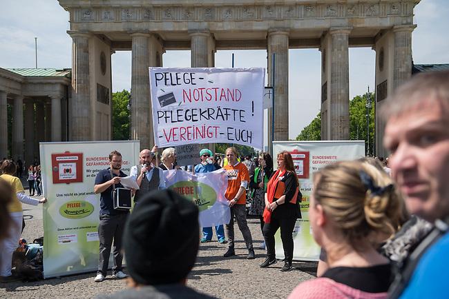 Pflege in Bewegung - Bundesweite Gefaehrdungsanzeige.<br /> Am Freitag den 12. Mai fand in Berlin zum &quot;Internationaler Tag der Pflege&quot; die Abschlussveranstaltung der Aktionskampagne &quot;bundesweite Gefaehrdungsanzeige&quot; am Brandenburger Tor statt.<br /> Neben Redebeitraegen von Politik gab es es Statements von Initiatoren der Kampagne und Aktivisten der Pflegeszene, sowie Politiker der Linkspartei, der SPD und der Gruenen. Erstmals wurde das Strategiepapier &quot;Zukunft(s)Pflege&quot; oeffentlich vorgestellt.<br /> Im Anschlus wurden ueber 8.500 Unterschriften im Bundesgesundheitsministerium uebergeben.<br /> 12.5.2017, Berlin<br /> Copyright: Christian-Ditsch.de<br /> [Inhaltsveraendernde Manipulation des Fotos nur nach ausdruecklicher Genehmigung des Fotografen. Vereinbarungen ueber Abtretung von Persoenlichkeitsrechten/Model Release der abgebildeten Person/Personen liegen nicht vor. NO MODEL RELEASE! Nur fuer Redaktionelle Zwecke. Don't publish without copyright Christian-Ditsch.de, Veroeffentlichung nur mit Fotografennennung, sowie gegen Honorar, MwSt. und Beleg. Konto: I N G - D i B a, IBAN DE58500105175400192269, BIC INGDDEFFXXX, Kontakt: post@christian-ditsch.de<br /> Bei der Bearbeitung der Dateiinformationen darf die Urheberkennzeichnung in den EXIF- und  IPTC-Daten nicht entfernt werden, diese sind in digitalen Medien nach &sect;95c UrhG rechtlich geschuetzt. Der Urhebervermerk wird gemaess &sect;13 UrhG verlangt.]