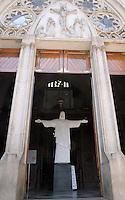 ATENCAO EDITOR: FOTO EMBARGADA PARA VEICULO INTERNACIONAL - SAO PAULO, SP, 21 NOVEMBRO 2012 - EXPOSIÇAO CRISTO REDENTOR PARA TODOS - Imagem do Cristo Redentor e vista na entrada da Catedral da Se, no centro de Sao Paulo, na manha desta quinta-feira (22). A imagem foi doada à catedral pelo governo do Rio de Janeiro.nesta quinta-feira 22 (FOTO: LEVY RIBEIRO / BRAZIL PHOTO PRESS)
