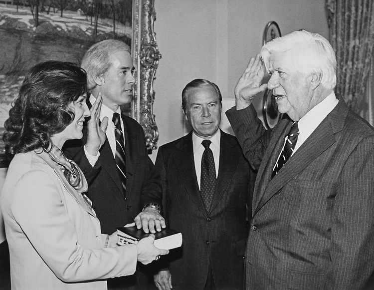Rep. John Porter, R- Ill., being sworn in. 1985 (Photo by CQ Roll Call)