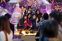 La jeunesse hongkonguaise s'amuse à l'approche des fêtes de Noel. L'espace est rare et les animations sont coincées entre le grand centre commercial Ocean et le port de Tsimshatsui ce qui n'empêche pas des centaines de personnes se pressent tous les ans pour se prendre une photo devant les nouvelles animations.