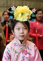 Nederland  Amsterdam  2016. Boeddhadag in Amsterdam. Viering van de geboorte van Boeddha. Meisje in Chinese klederdracht in de Chinese F.G.S He Hua Temple op de Zeedijk. Foto Berlinda van Dam / Hollandse Hoogte