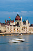 HUN, Ungarn, Budapest, Blick ueber Donau zum Parlament im letzten Abendlicht, Ausflugsschiff, UNESCO Weltkulturerbe | HUN, Hungary, Budapest, view across Danube towards Parliament, UNESCO World Heritage, last daylight
