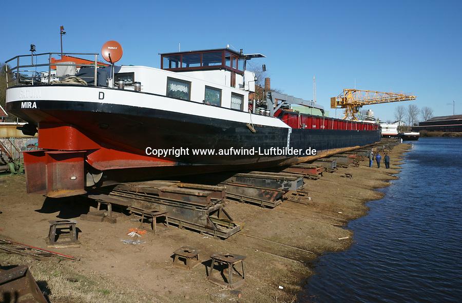 Binnenschiff in der Werft: EUROPA, DEUTSCHLAND, SCHLESWIG- HOLSTEIN, LAUENBURG (GERMANY), 20.03.2018: Binnenschiff in der Werft