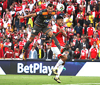 BOGOTÁ- COLOMBIA, 21-09-2019:Jefferson Duque (Der.) jugador del Independiente Santa Fe    disputa el balón contra Francisco Baez (Izq.) jugador del Envigado durante partido por la fecha 12 de la Liga Águila II  2019 jugado en el estadio Nemesio Camacho El Campín  de la ciudad de Bogotá. /Jefferson Duque (R) player of Independiente Santa Fe  fights for the ball  against of Francisco Baez (L) player of Envigado  during the match for the date 12 of the Liga Aguila II 2019 played at the Nemesio Camacho El Campin  stadium in Bogota city. Photo: VizzorImage / Felipe Caicedo / Staff